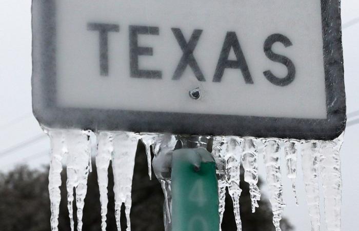 أميركيون يتهمون بايدن بإرسال ثلج مزيف إلى تكساس!