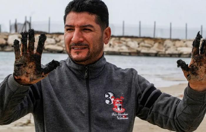 كارثة بيئية… بقع سوداء في البحر قبالة لبنان!