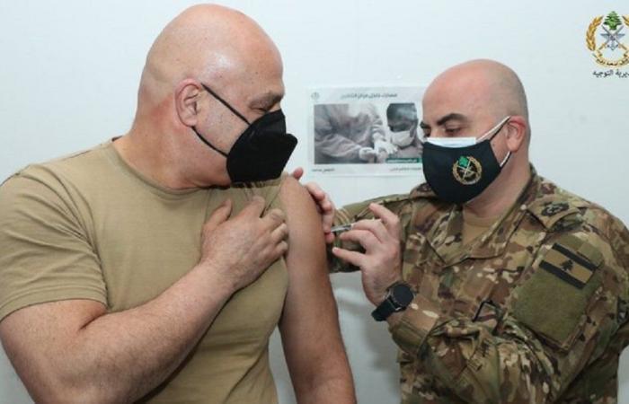 قائد الجيش يفتتح حملة التلقيح في المؤسسة العسكرية