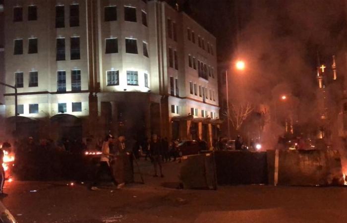 مواجهات بين محتجين ومكافحة الشغب أمام مصرف لبنان (فيديو)