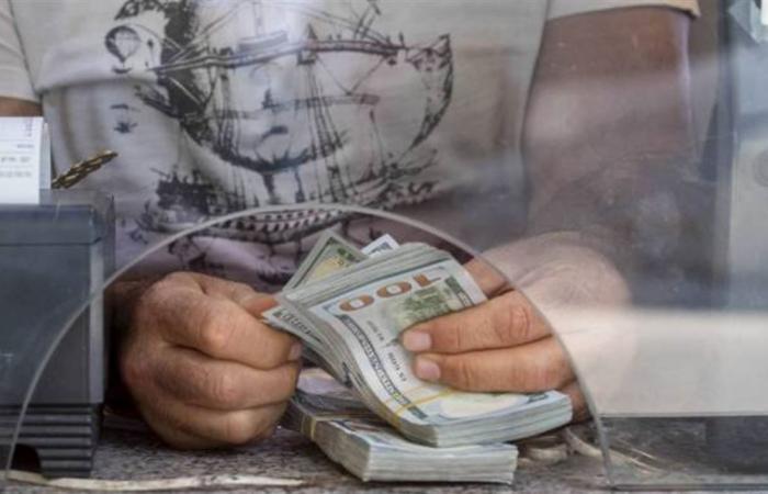 رغم اضراب الصرافين وعطلة العيد.. الدولار يحافظ على ارتفاعه في السوق السوداء