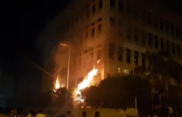 'لبنان ٢٤': محتجون يضرمون النيران بمصرف لبنان في طرابلس ومواجهات مع الجيش (صور)