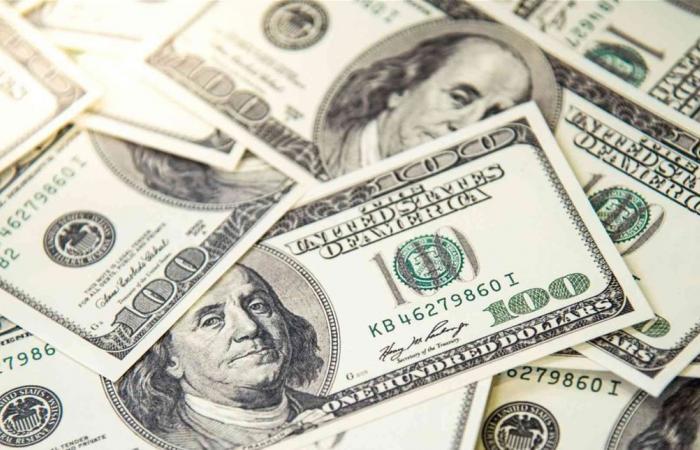 وسط توقعات بمزيد من التراجع في الأيام المقبلة.. إليكم سعر الدولار بالسوق السوداء