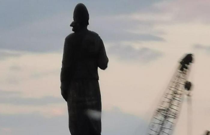 تمثال 'المغترب' لم يتضرّر.. 'يلي بيفل من البلد تكتب له النجاة'! (صورة)