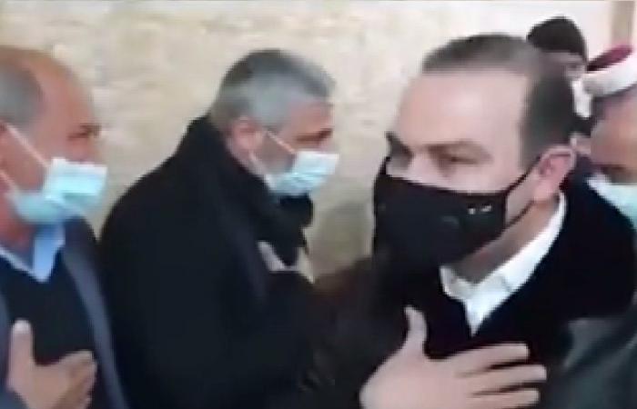 وزير يكسر قرار الإقفال العام ويشارك في مراسم عزاء! (فيديو)